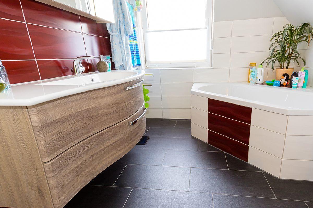 Abbildung Waschbecken und Eckbadewanne