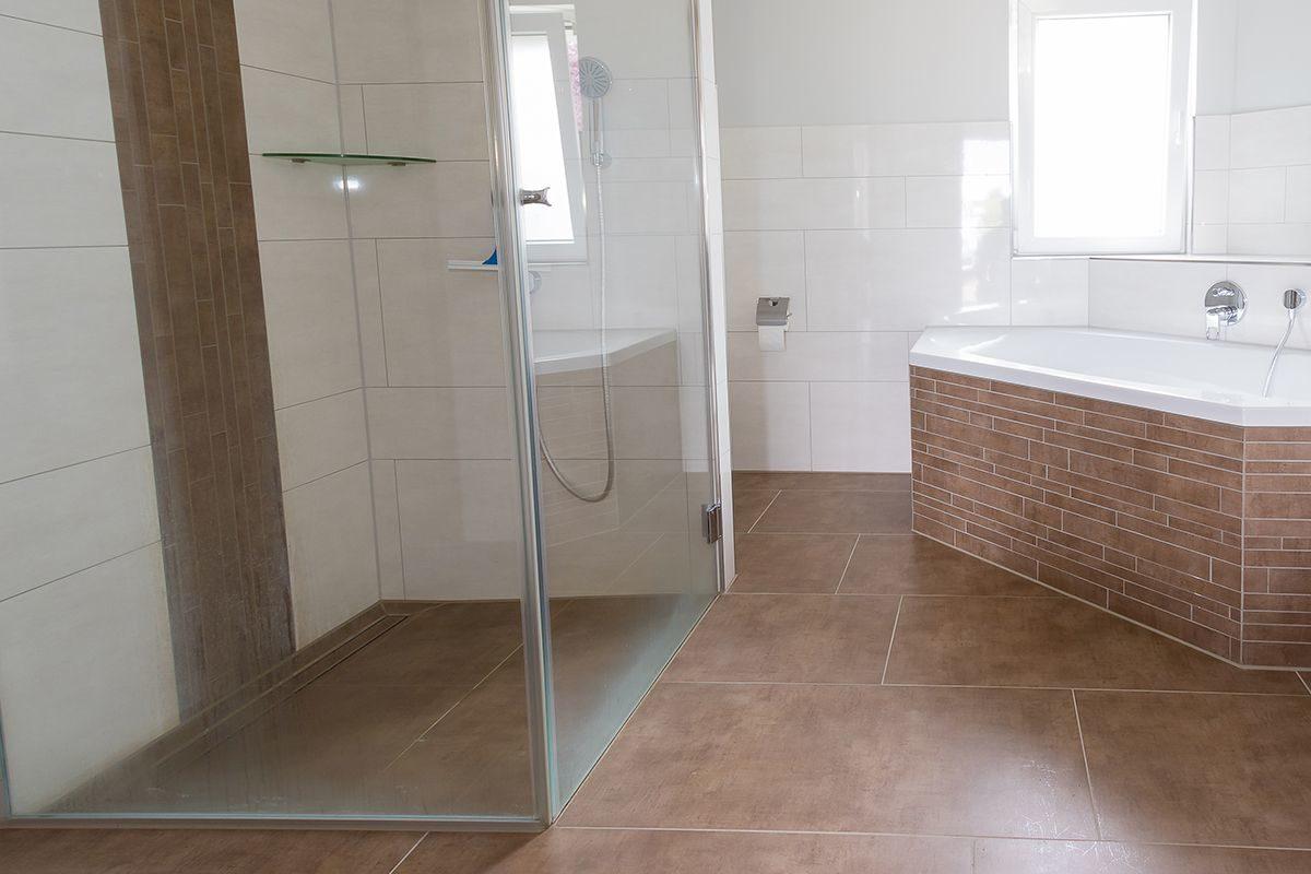 Abbildung Bad mit bodengleicher Dusche und Eckbadewanne