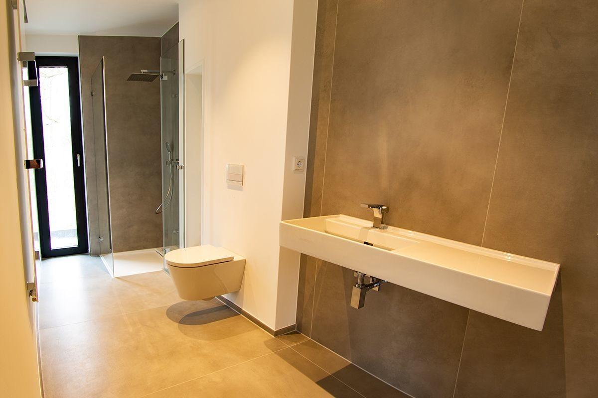 Abbildung Kleines Bad mit grossformatigen Fliesen Blick auf gesamtes Bad