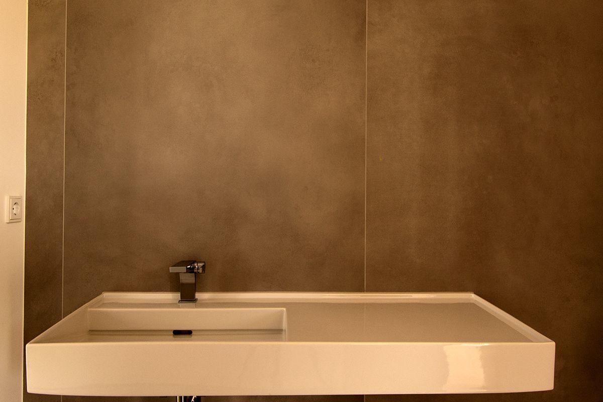 Abbildung Kleines Bad mit grossformatigen Fliesen Waschbecken mit Grossformat-Fliesen