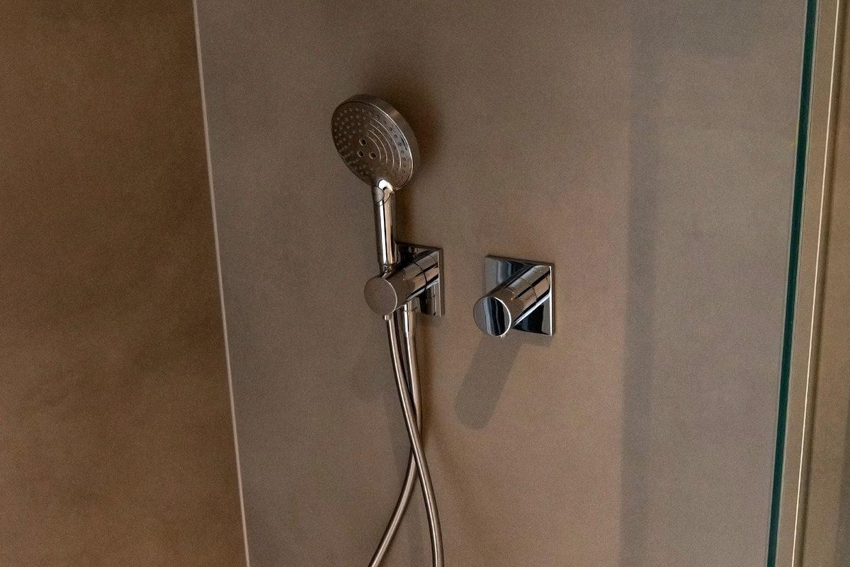 Abbildung Kleines Bad mit grossformatigen Fliesen Duschgarnitur