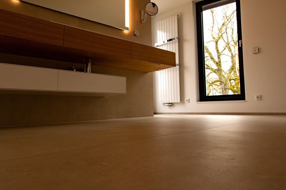 Abbildung Modernes Bad mit XXL-Fliesen Fliesen Waschbereich und Fenster aus Froschperspektive