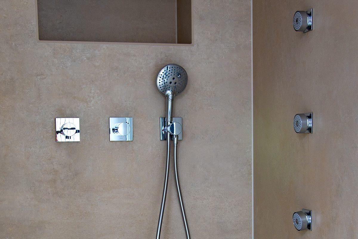 Abbildung Modernes Bad mit XXL-Fliesen Duschgarnitur