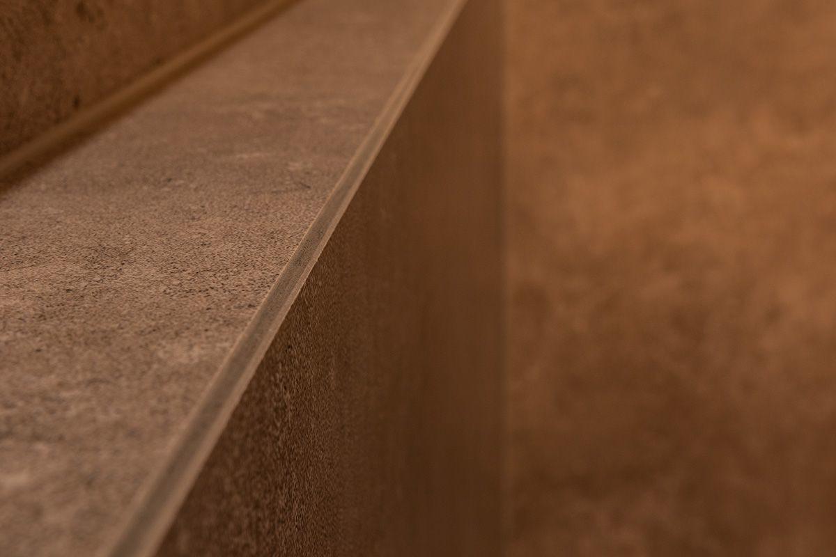 Abbildung Bad mit Bruchsteinwand und Holzbalken Ablageflaeche Verfugung
