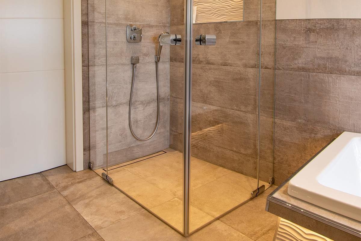Abbildung Bad mit Glastrennwand bodengleiche Dusche mit edlen grauen Fliesen