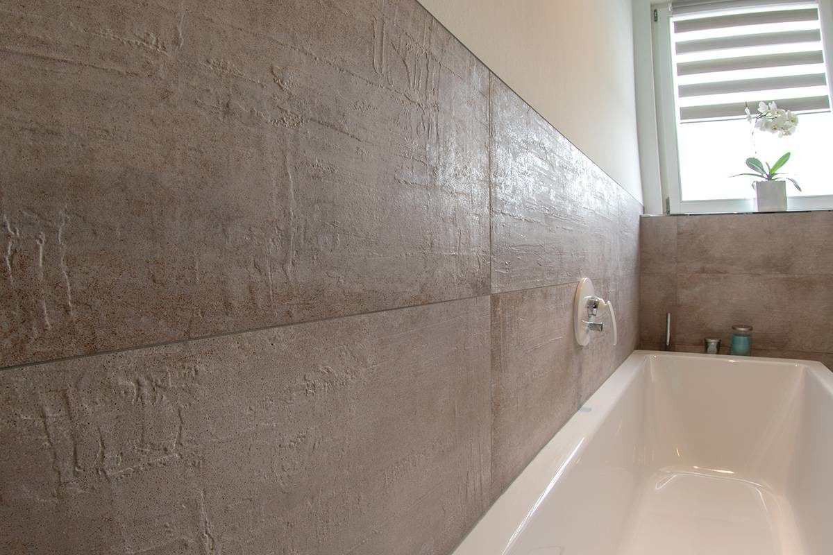 Abbildung Bad mit Glastrennwand Badewanne mit Fliesenwand und Fenster