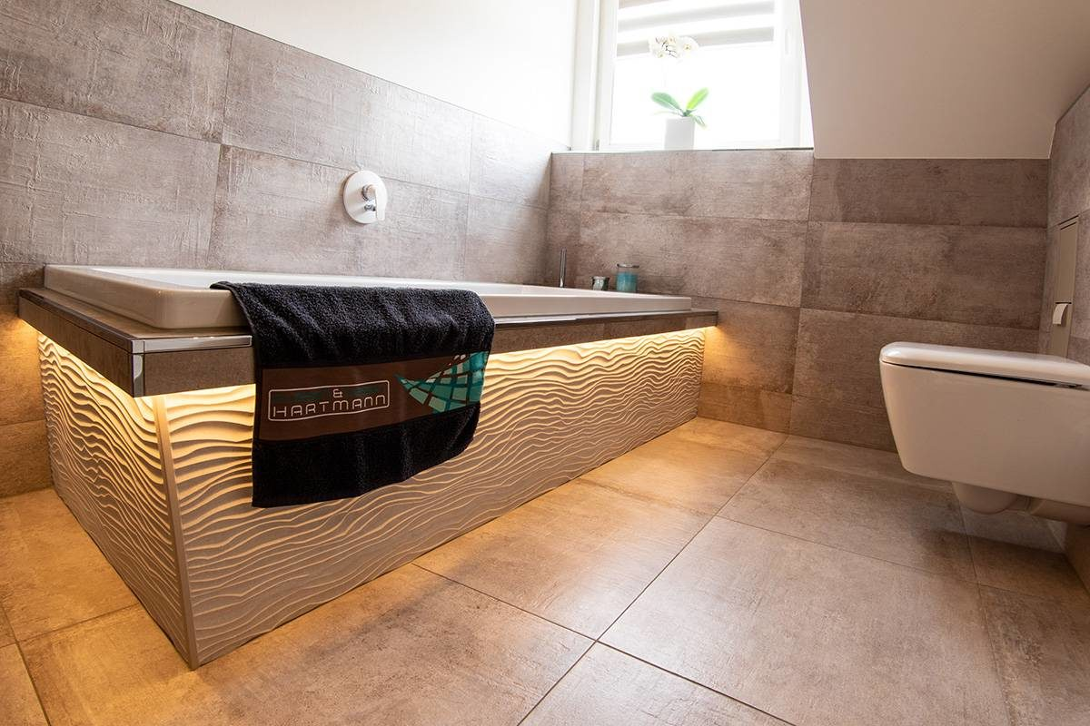 Abbildung Bad mit Glastrennwand Badewanne beleuchtet mit Fliesen und Fenster