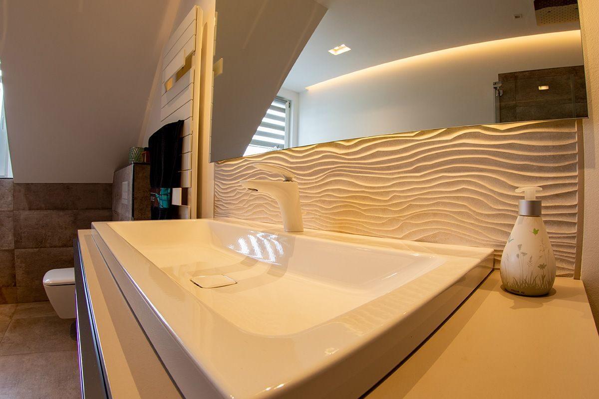 Abbildung Bad mit Glastrennwand Waschtisch mit Spiegel beleuchtet