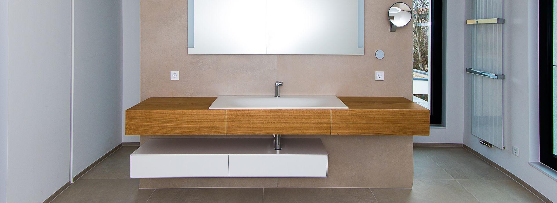 Abbildung Modernes Bad mit XXL-Fliesen Blick frontal auf Waschbereich