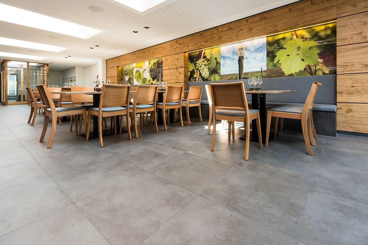 Veranstaltungsraum Weingut Lamm Jung graue Bodenfliesen und gedeckte Sitzeinheiten