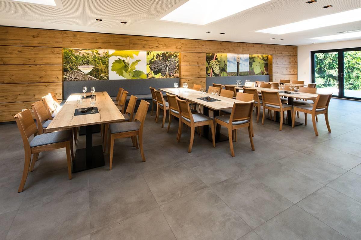 Veranstaltungsraum Weingut Lamm Jung graue Bodenfliesen mit Blick zur Terrasse