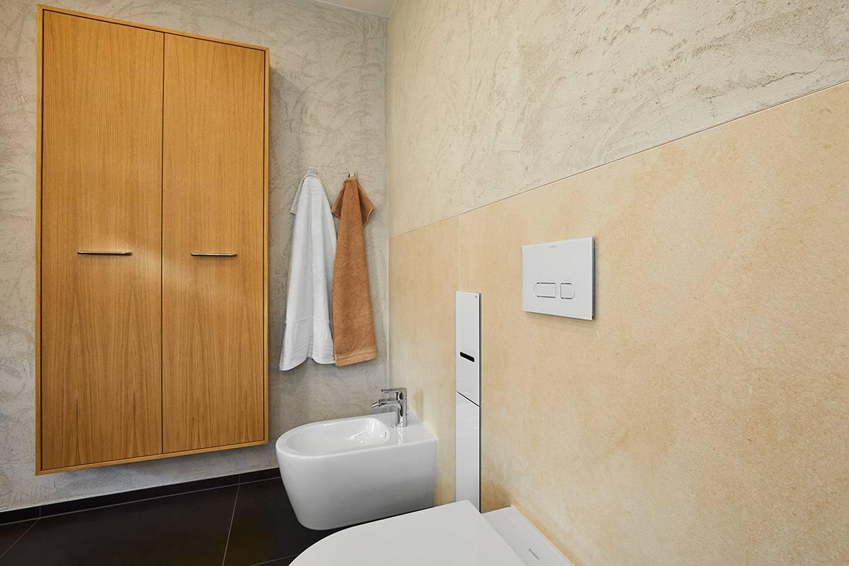 Traumbad mit Naturstein und großformatigen Fliesen WC & BD