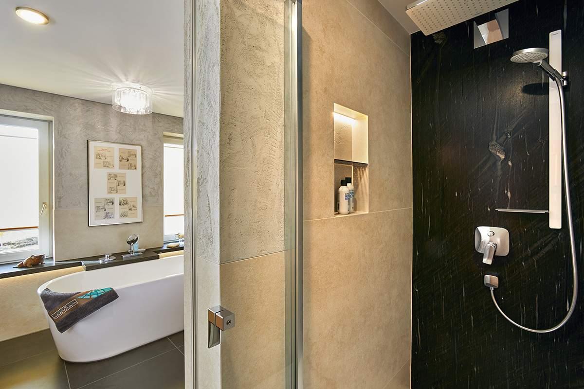 Traumbad mit Naturstein und großformatigen Fliesen Blick in die Dusche