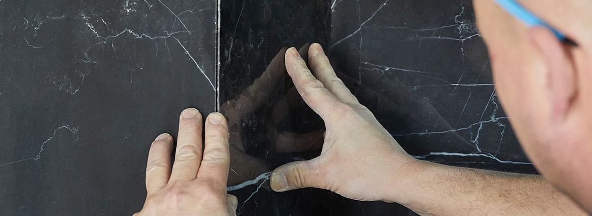 Abbildung Leistungen Fliesenverlegung - Aufziehen, Ansetzen & Ausrichten einer Wandfliese